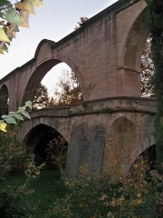Aqueduc - Français:   Acqueduc de Carpentras, arche au dessus de la rivière l\'Auzon (Vaucluse, France)