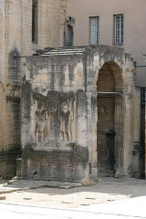Arc romain dans l'enceinte du Palais de Justice - Deutsch: Römischer Ehrenbogen in Carpentras