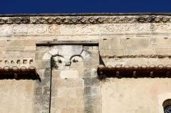 Ancienne cathédrale, puis église paroissiale Saint-Véran - Français:   Détail d\'un pilier et de la frise sur le mur sud de la cathédrale de Cavaillon