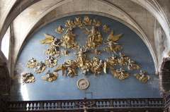 Eglise paroissiale Notre-Dame-des-Anges - Français:   Isle sur Sorgue, Collégiale, Couronnement de la Vierge. Au revers de la façade, cette gloire en bois doré est attribuée à Jean Péru.