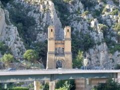 Ancien pont suspendu de Mirabeau - Français:   Ancienne pile du Pont de Mirabeau sur la Durance