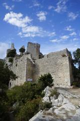 Château (restes du) - Deutsch: Reste der Burg neben der Kirche