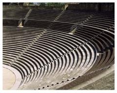 Amphithéâtre (temple dans un hémicyle précédé d'un nymphée) -  Théatre antique d'Orange