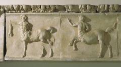 Amphithéâtre (temple dans un hémicyle précédé d'un nymphée) -  bas-relief du Théâtre Antique d'Orange