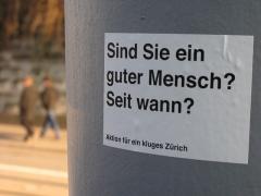 Hôtel Monier-Vinard - Deutsch: Ein Aufkleber der »Aktion für ein kluges Zürich«, einem Street-Art-Projekt des Zürcher Schriftstellers Thomas Meyer.