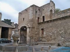 Porte Notre-Dame, pont qui la précède ainsi que la chapelle et l'auvent couvert - Français:   Remparts de Pernes les Fontaines (Vaucluse, France), au niveau de la Porte Notre Dame