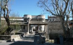 Porte Notre-Dame, pont qui la précède ainsi que la chapelle et l'auvent couvert -  gate, chapel and bridge in the village of Pernes les fontaines, France