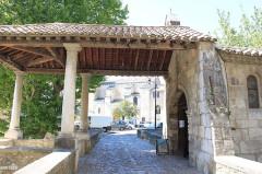 Porte Notre-Dame, pont qui la précède ainsi que la chapelle et l'auvent couvert -  Pernes les Fontaines, Vaucluse, France