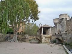 Porte Notre-Dame, pont qui la précède ainsi que la chapelle et l'auvent couvert - Français:   Pont Notre Dame à Pernes les Fontaines, Vaucluse, France