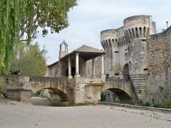 Porte Notre-Dame, pont qui la précède ainsi que la chapelle et l'auvent couvert - Français:   Porte Notre Dame à Pernes les Fontaines, Vaucluse, France