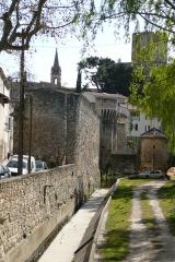 Porte Notre-Dame, pont qui la précède ainsi que la chapelle et l'auvent couvert - Français:   Rivière la Nesque à Pernes-les-Fontaines