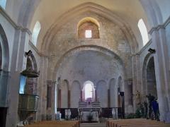 Eglise paroissiale Notre-Dame-de-Pitié - Français:   Nef de l\'église de Saignon, Vauclue, France