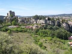 Château (ruines) et rocher qui les porte - English:   old city of vaison-la-romaine