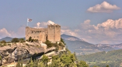 Château (ruines) et rocher qui les porte - Français:   chateau sur son pic autre vue