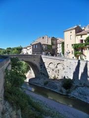Mur romain bordant la rivière de l'Ouvèze en amont de la passerelle (restes) - Pont Roman à Vaison-la-Romaine