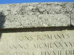 Pont romain - Deutsch:   Inschrift an der Römerbrücke (Vaison-la-Romaine) in Frankreich.