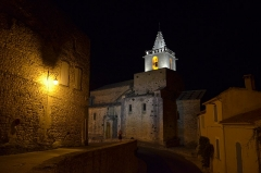 Eglise et le bâtiment (couloir voûté en plein cintre) qui la relie au baptistère - English: Venasque Church by Night