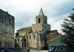 Eglise et le bâtiment (couloir voûté en plein cintre) qui la relie au baptistère - English: Church of Venasque, Vaucluse département, France