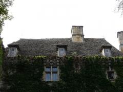 Château de la Faye - Français:   Toit en lauzes de la façade nord, château de la Faye, Auriac-du-Périgord, Dordogne, France.