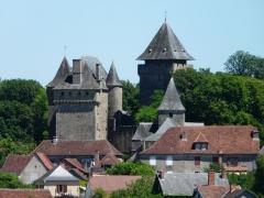 Château de Badefols-d'Ans - Français:   Le château et l\'église dominent les toits du village de Badefols-d\'Ans, Dordogne, France.