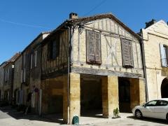 Maison à cornière - Français:   Maison à cornière au 8 place Jean-Moulin, Beaumont-du-Périgord, Dordogne, France. Sur la gauche, la rue Ratier,