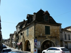 Maison à cornière - Français:   Maison à cornières au 11 place Jean-Moulin, Beaumont-du-Périgord, Dordogne, France. Sur la gauche, la rue Romieu,