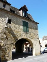 Maison à cornière - Français:   Maison à cornières au 11 place Jean-Moulin, vue depuis la rue Romieu, Beaumont-du-Périgord, Dordogne, France.