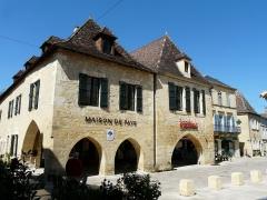 Maison à cornière - Français:   Le côté ouest de la place Jean-Moulin, Beaumont-du-Périgord, Dordogne, France. La maison de gauche se trouve au n° 16, la suivante au n° 14.