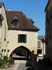 Maison à cornière - Français:   Maison à cornière du 16 place Jean-Moulin, Beaumont-du-Périgord, Dordogne, France, vue depuis la rue Foussal.
