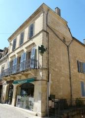Maison - Français:   Maison au 10 place Jean-Moulin, Beaumont-du-Périgord, Dordogne, France., Sur la droite, la rue de la porte de Luzier.