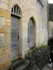 Restes de l'ancien couvent de Beynac - Français:   Porte et portail au pied de la tour de l\'ancien couvent de Beynac, Beynac-et-Cazenac, Dordogne, France.