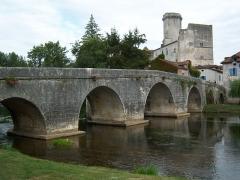 Pont sur la Dronne -  le pont de Bourdeilles et le château médiéval