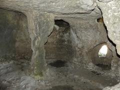 Cluzeau de Chambrebrune - Français:   Détail de la grande salle du rez-de-chaussée, cluzeau de Chambrebrune, Brantôme, Dordogne, France. Sur la droite se trouve une meurtrière donnant sur la façade orientale.