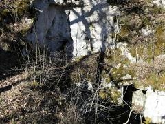 Cluzeau de Chambrebrune - Français:   Depuis la partie supérieure, vue sur la porte nord du rez-de-chaussée (en bas à droite), cluzeau de Chambrebrune, Brantôme, Dordogne, France.