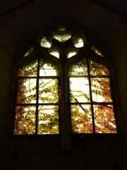 Ancienne église Notre-Dame - Français:   Vitrail (encombré de végétation) de l\'ancienne église Notre-Dame, Brantôme, Dordogne, France