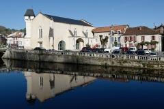 Ancienne église Notre-Dame - Français:   Ancienne église Notre-Dame de Brantôme (Périgord, France), actuel office de tourisme intercommunal, et place d\'Albret.