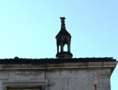 Immeuble - Français:   Cheminée sur un immeuble, place Saint-Pierre, à l\'angle des rues Gambetta et Victor-Hugo, Brantôme, Dordogne, France.