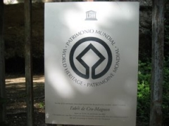 Abri de Cro-Magnon - Français:   Plaque de l\'Unesco signifiant l\'inscription de l\'abri sur la liste du patrimoine mondial de l\'Humanité par l\'UNESCO