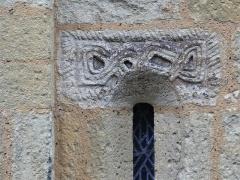 Eglise Saint-Martin de Tayac - Français:   Sculpture en bas-relief en haut d\'une meurtrière, chevet de l\'église de Tayac, Les Eyzies-de-Tayac-Sireuil, Dordogne, France.