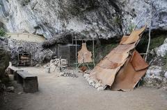 Gisement de Laugerie-Basse - Français:   Abri préhistorique de Laugerie-Basse  aux Eyzies-de-Tayac-Sireuil: reconstitution d\'habitat.