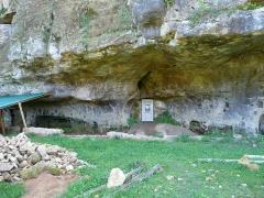 Grotte du château de Comarque - Français:   Le site de la grotte du château de Commarque sur Sireuil, commune des Eyzies (précédemment Les Eyzies-de-Tayac-Sireuil), Dordogne, France. La porte blanche correspond à l\'entrée de la grotte.