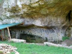 Grotte du château de Comarque - Français:   Le site de la grotte du château de Commarque sur Sireuil, commune des Eyzies (précédemment Les Eyzies-de-Tayac-Sireuil), Dordogne, France. Vue de l\'entrée secondaire de la grotte, qui se trouve immédiatement à l\'est de l\'entrée principale actuelle. Sur le bord droit de la photo on voit une partie de la maçonnerie qui bouche l\'entrée principale de la grotte.