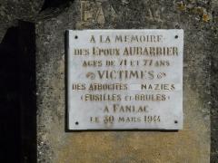 Eglise de la Décollation de Saint-Jean-Baptiste - Français:   Plaque à la mémoire des époux Aubarbier, à côté du portail de l\'église, Fanlac, Dordogne, France.