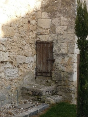 Eglise Saint-Martin - Français:   puits d\'eau bénite, dans un contrefort près de la porte latérale; église de Festalemps, Dordogne, France