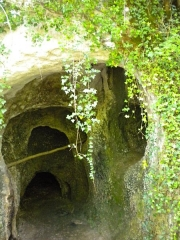 Gisement préhistorique de Rochereil ou Rochereuil - English: The Rochereil Cave near Lisle in the French Département Dordogne. This is a prominent site of the Upper Paleolithic having delivered thousands of artefacts and four humain remains.