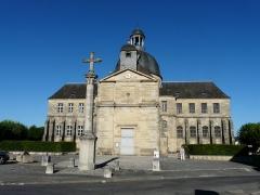 Ancien hôpital - Français:   La façade ouest de l\'ancien hospice de Hautefort, Dordogne, France. Au premier plan, l\'ancienne église paroissiale.