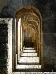 Ancien hôpital - Français:   Galerie d\'arcades sous les contreforts de l\'ancien hospice de Hautefort, Dordogne, France.