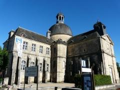Ancien hôpital - Français:   L\'angle nord-ouest de l\'ancien hospice de Hautefort, Dordogne, France. À droite, l\'ancienne église paroissiale.