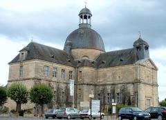 Ancien hôpital - Français:   Ancien hôpital d\'Hautefort - À droite, la nef de l\'église, au centre la rotonde avec son dôme et un pavillon, et à gauche, la salle du Saint-Esprit.