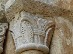 Eglise de la Chapelle-Saint-Robert - Français:   Chapiteau à gauche du portail d\'entrée, église Saint-Robert, Javerlhac-et-la-Chapelle-Saint-Robert, Dordogne, France.